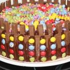 Schoko-Süßigkeiten-Geburtstag-Kuchen