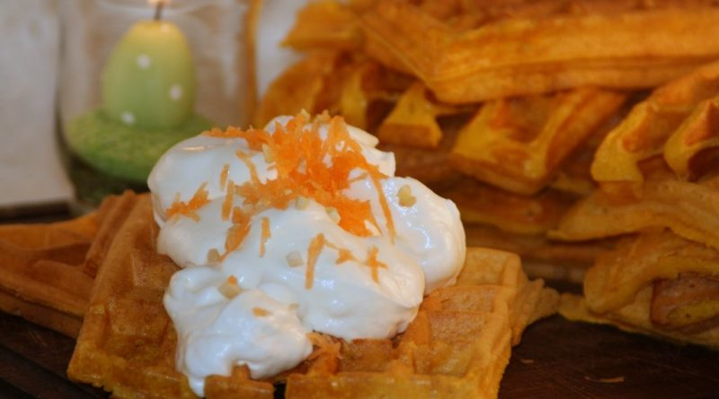 Carrot Cake Waffeln mit Cheesecake-Sahne