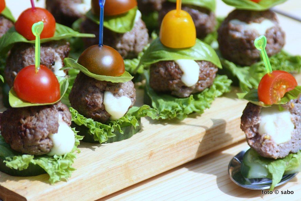 mini caprese burger low carb keto fingerfood sabo. Black Bedroom Furniture Sets. Home Design Ideas